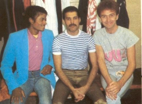 http://www.queen-world.net/galeria/data/media/2/Freddie_Mercury_John_Deacon_Michael_Jackson.jpg